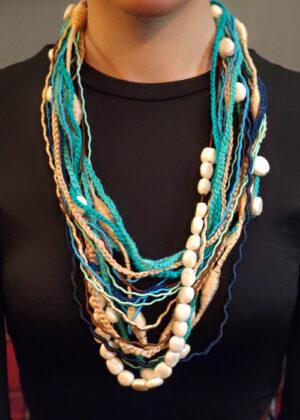 Collana azzurra e perle bianche