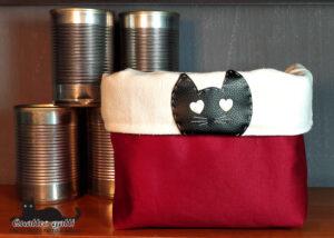 cestino contenitore in tessuto rosso scuro e testa gatto