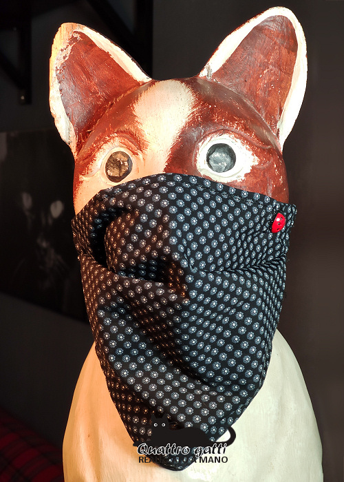mascherina nera con piccola fantasia e coccinella